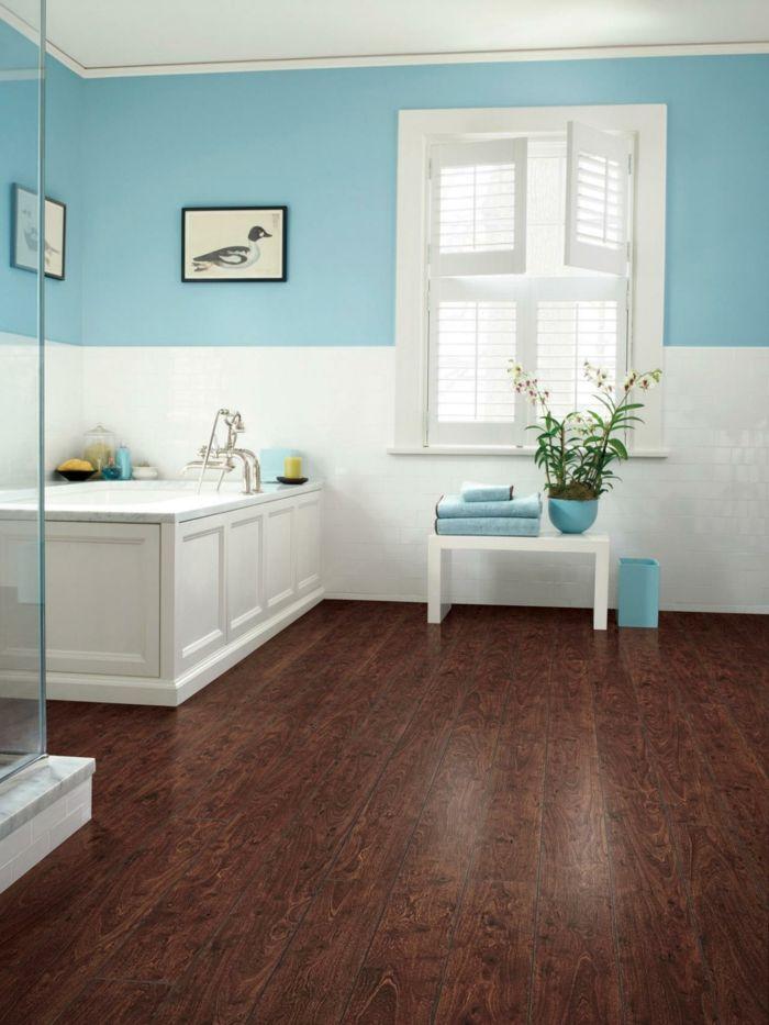 bodenbelag bad laminat weiß hellblau wandgestaltung badewanne