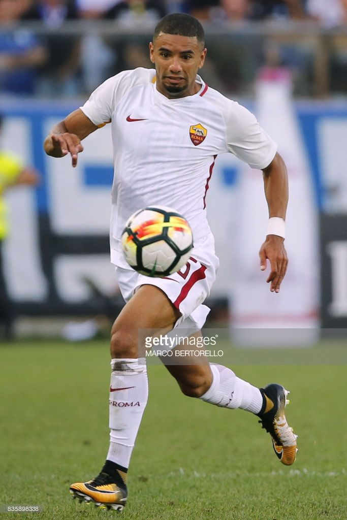 AS Roma's Brazilian defender Bruno Peres controls the ball during the Italian Serie A football match Atalanta vs AS Roma on August 20, 2017 at the Atleti Azzurri d'Italia stadium in Bergamo. / AFP PHOTO / Marco BERTORELLO