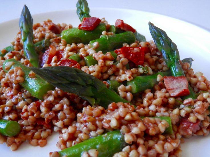 Pohánka so špargľou, pancettou a sušenými paradajkami - http://www.mytaste.sk/r/poh%C3%A1nka-so-%C5%A1parg%C4%BEou--pancettou-a-su%C5%A1en%C3%BDmi-paradajkami-28457256.html