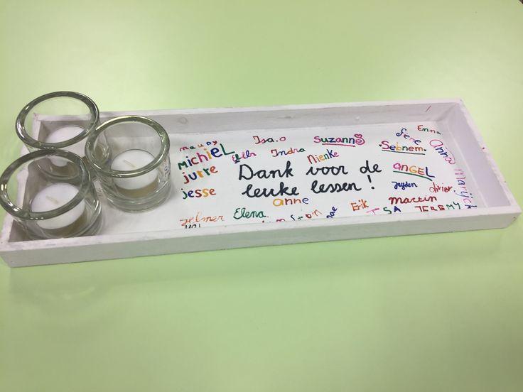 Leuk afacheidscadeautje voor stagiaire. Diendblaadje en waxinelichthouders bij de Action gehaald en de kinderen met watervaste stift hun naam laten schrijven.