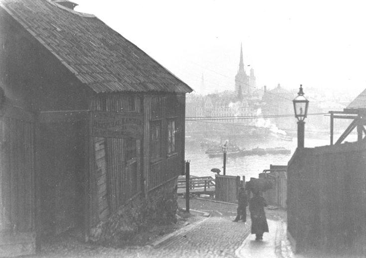 Stockholm around 1898-1905. Utsikt från Stora Glasbruksgatan 36 mot Rutens Gränd som slutar vid Stadsgårdshamnen. Gamla Stan i fonden.
