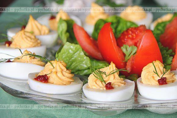 Pyszne, klasyczne nadziewane jajka. Wypróbuj przepis Patrycji. Do ich wykonania będziesz potrzebować: majonezu, musztardy i przecieru pomidorowego.