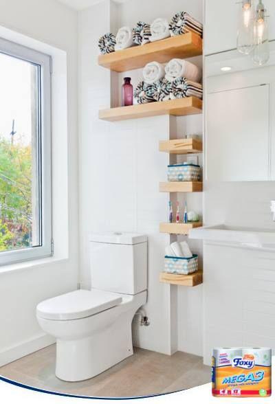 Grandes soluciones para pequeños espacios. No importa lo estrecho que sea vuestro baño, seguro que le podéis dar uso a estantes como los de la imagen. Colocad desde los cepillos de dientes a cestitas con útiles de baño, y podréis liberar espacio en vuestro armario de baño.