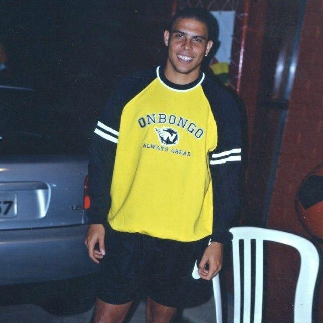 """Ronaldo """"Fenômeno"""" prestes a se tornar Pentacampeão em 2002 e usando moletom Onbongo na concentração da Seleção! #Onbongo #Ronaldo #fenomeno #selecao #copa #r9 #2002 #penta #jogador #futebol"""