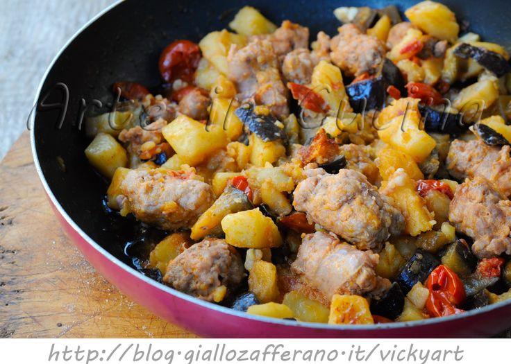 Melanzane con patate e salsiccia in padella ricetta facile, secondo saporito, ricetta con patate, senza forno, secondo con contorno saporito, idea per pranzo o cena
