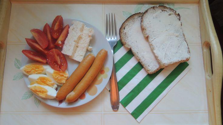 Cremwursti, roșii, ou fiert, telemea și pâine.