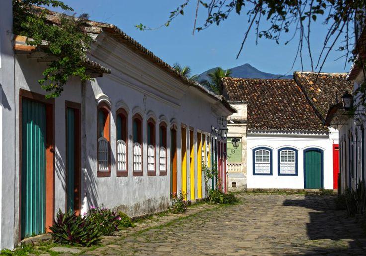 Paraty i Brasilien er en rigtig dejlig by, og i den historiske bydel er gaderne brostensbelagte, og de hvidkalkede huse har fine, farvestrålende detaljer. Her er masser af historie, og gode muligheder for udflugter i naturen og til stranden Praia do Pontal.