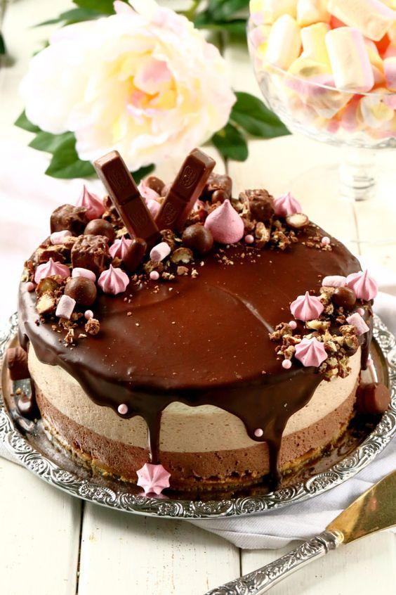 Herkullinen kolmen suklaan juustokakku syntyy vaivattomasti ilman liivatetta. Kakun pohjassa on voin sijasta valkosuklaata antamassa ihanaa makua.