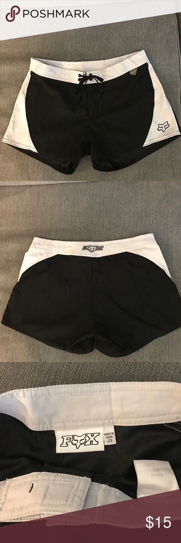 FOX Racing black & gray boardshorts sz 3 (juniors) Black & light gray boardshorts by FOX Racing. Draw string tie at the waist and FOX logos on the front and back of shorts. Great condition, no signs of wear! Juniors size 3 but should fit a ladies size 2 as well :) Fox Shorts