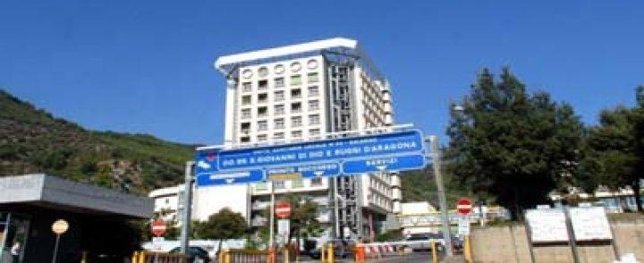 Salerno: «Al Ruggi le sale operatorie chiuse» E dall'ospedale smentiscono De Luca