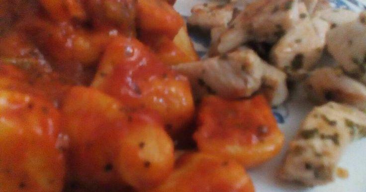 Fabulosa receta para Ñoquis en salsa con pollo al ajillo. Después de hacer los ñoquis que lleva su tiempo, una receta sencilla y muy rica.