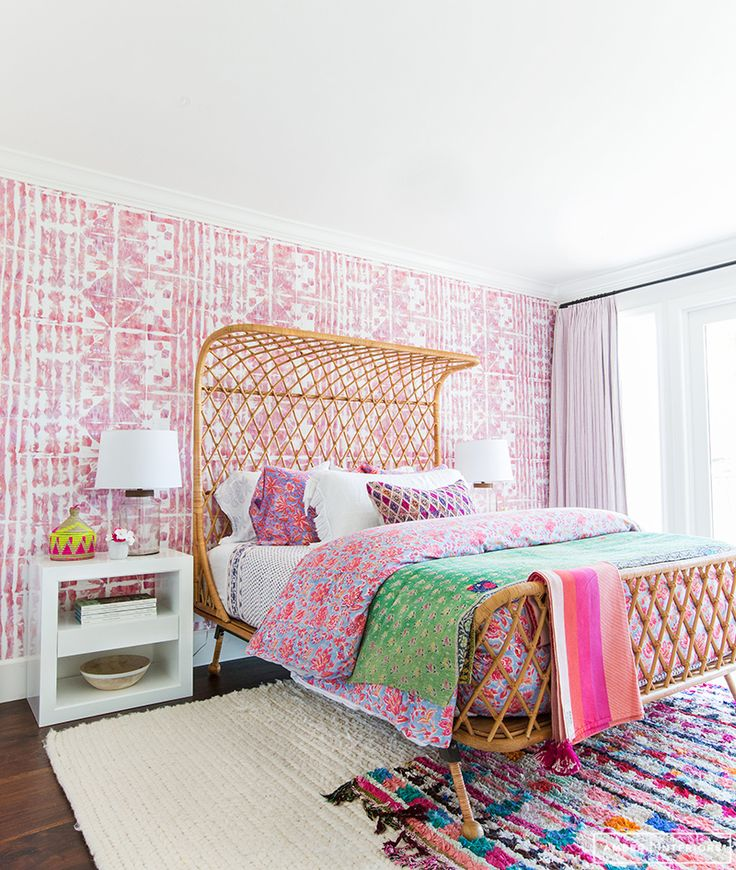 So bright and cheery. Gorgeous wallpaper.