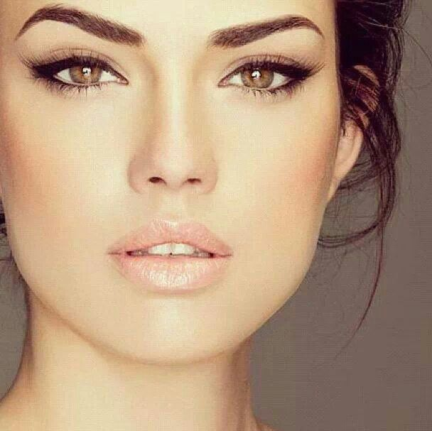 Simple but sexy make up look with cat eyes