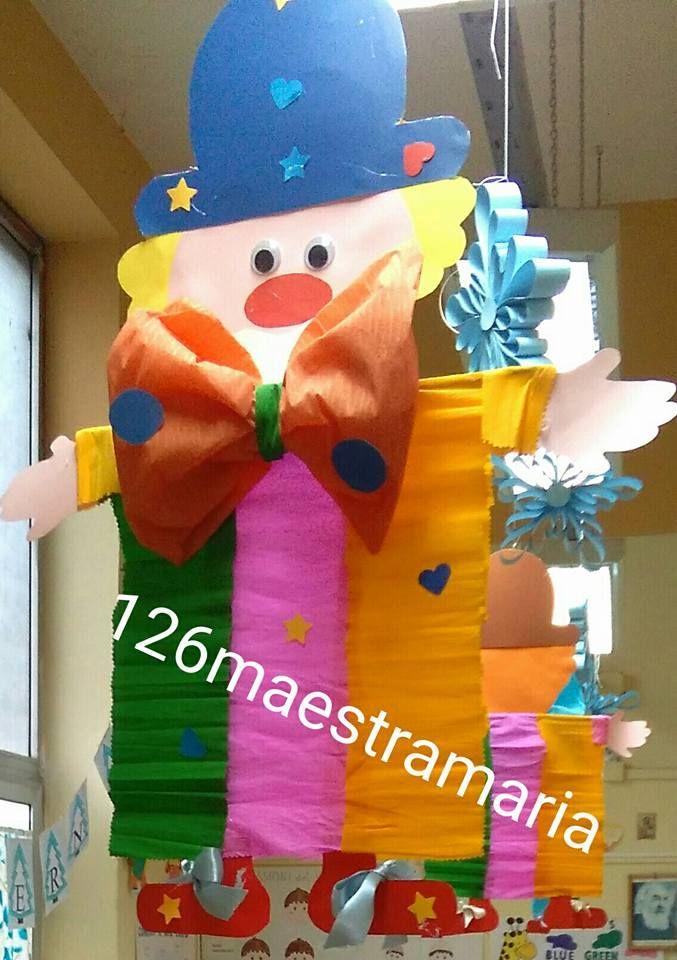 Ed ecco terminati anche gli addobbi di carnevale! Tre pagliacci con il corpo di carta crespa adornano l'aula insieme a pagliaccetti con il vestito a pois ea una coppietta con il vestito blu.…