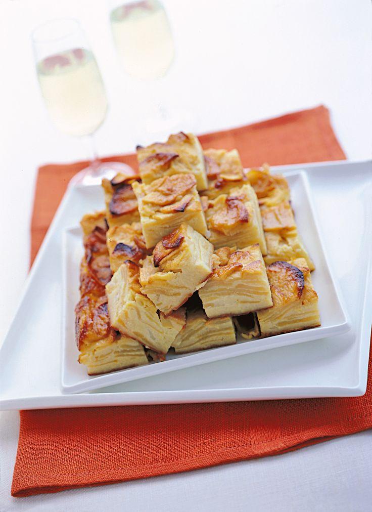 Scopri su Sale&Pepe una originale versione di torta di mele: i quadrotti di mele al latte, aromatizzati alla grappa, per una soffice dolcissima merenda.