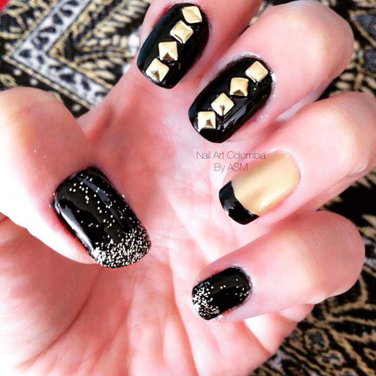 Tus uñas son un accesorio mas ... Taches + negro + dorado.