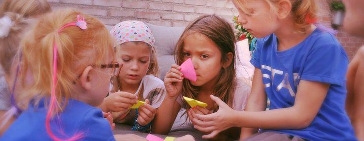 Parfumfeest - www.vanKaat.nl   Een echt meidenfeest, letterlijk vol geuren en kleuren. Meiden vanaf 8 jaar vinden het geweldig om zelf echte parfum maken. Ze gaan ook met z'n allen speuren naar geuren tijdens een speurtocht, creatief aan de slag met parfumstrookjes, geurspellen en verpakking en parfumflesje ontwerpen.   Een feestje waaraan alle meiden elke keer weer denken als ze hun heerlijke parfum gebruiken.