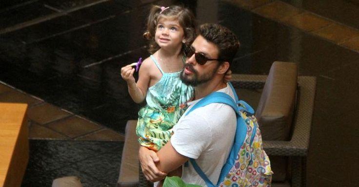 Grazi Massafera leva Sofia para passear com Cauã Reymond no shopping