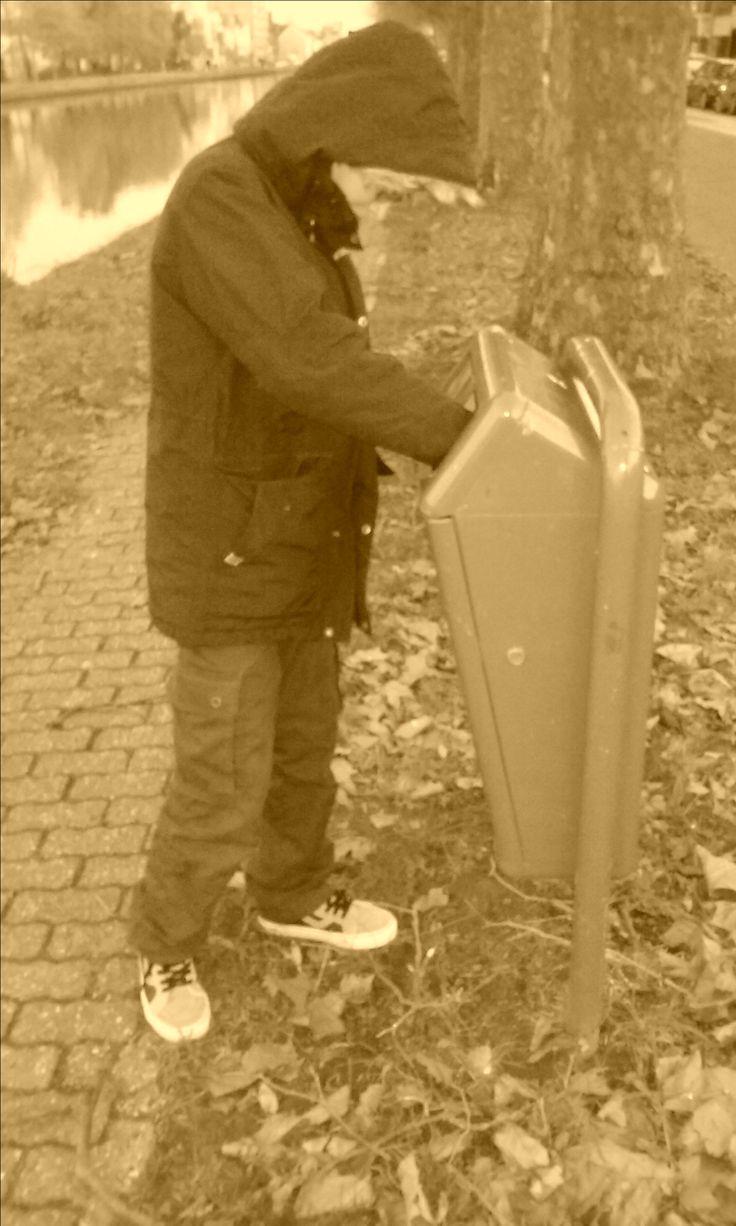 4 : een zwerver die eten zoekt in de straat van Michiel (bij gebrek aan vrijwilligers moet ik het zelf doen)