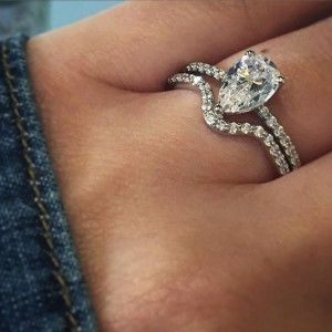 Pear shaped solitaire with v diamond band