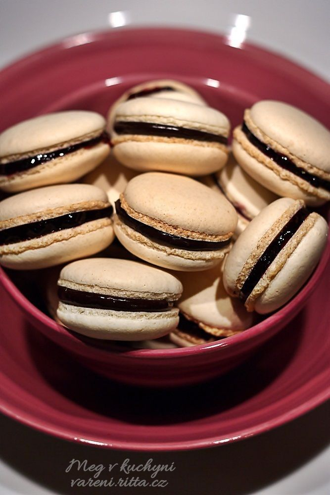 Italské macarons plněné čokoládovou ganache a borůvkovou marmeládou: