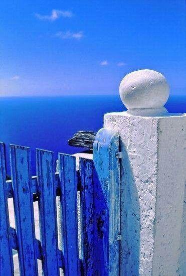 Blauer Himmel über Griechenland.  Den richtigen Reisebegleiter findet ihr bei uns: https://www.profibag.de/reisegepaeck/