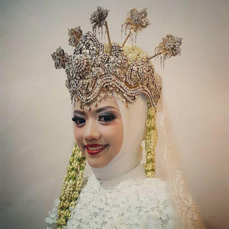 Danish Ramdani Studio Jahit, Butik & Paket Pernikahan . . Menerima : - make up pengantin / wisuda / acara dll - kursus make up , hair do / hijab (8x pertemuan sudah bisa make up pengantin) - jahit gaun, kebaya, dress, baju muslim, jas / beskap, dll . . Rumah Produksi: Komp.Margahayu Permai - Kopo Jl permai 22 no.42 mc.242 Bandung 40218 . . Butik : Md Plaza Lantai Dasar (Dekat Mesjid agung alun alun Bandung / sebelah Parahyangan) . . Whats app: Danish 081312510288 Instagram : danishramdani…