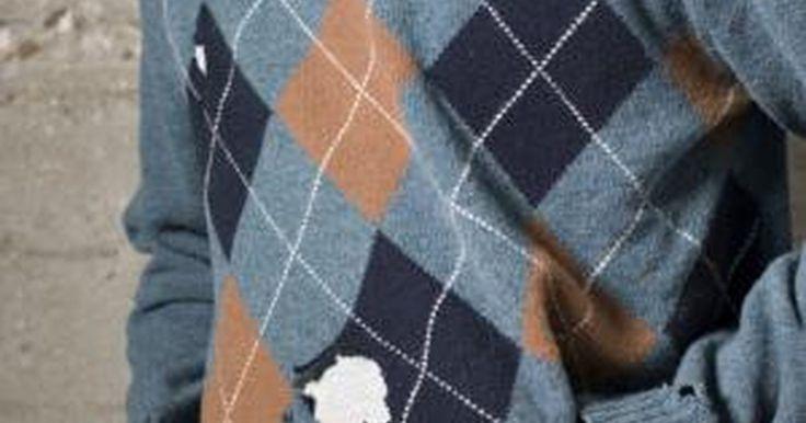 Cómo matar las polillas de la ropa. La larva de la polilla de la ropa recién incubada daña la ropa alimentándose del material como la lana o las plumas. Según la Extensión de la Universidad del Estado de Colorado, la larva depende de la vitamina B y de otros nutrientes para sobrevivir. Después de incubar, la larva busca partes de tu ropa muy afectadas por el sudor u otras zonas ...