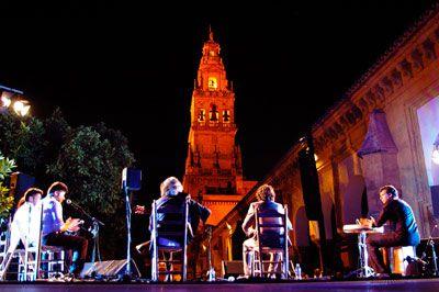 CÓRDOBA LA NOCHE BLANCA DEL FLAMENCO    Ninguna otra ciudad del mundo acoge un evento tan original, como el que lleva a cabo Córdoba en La Noche Blanca del Flamenco durante toda una noche del mes de junio. Una noche para llenar de acordes, pasos y voces las calles y plazas, tabernas y esquinas.