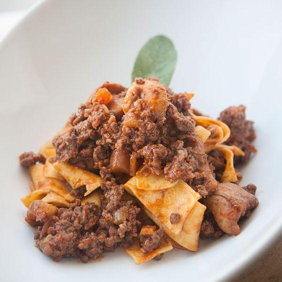 Pappardelle al ragù di cinghiale e funghi porcini: i veri sapori della tradizione finalmente assieme. Ecco la ricetta.