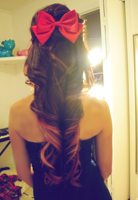 pink bow, pink tips.Hairbows, Big Curls, Long Hair, Girls Hairstyles, Hair Bows, Hair Style, Big Bows, Curly Hair, Red Bows
