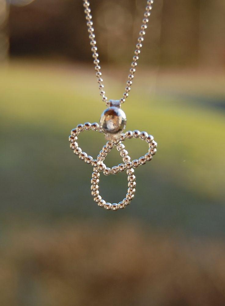 Hos Grace of Sweden finner du vackra handgjorda silversmycken från ALTI.