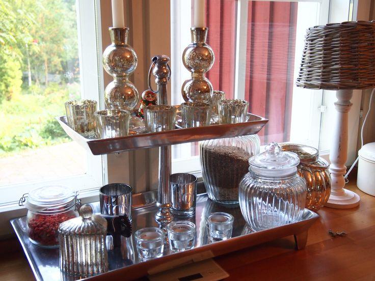 Keittiön kerrostarjottimelta löytyy aina tuikkuja ja kynttilöitä