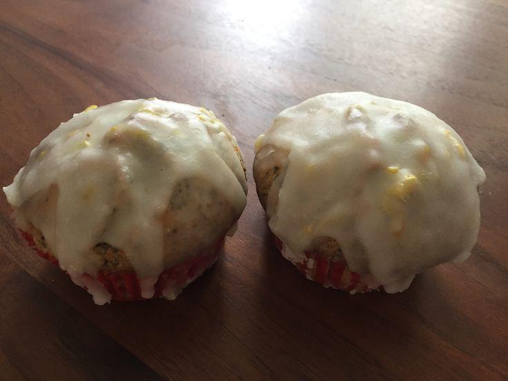 Citroen-maanzaad cupcakes. Cakes: 250 g boter, 250 g fijne kristalsuiker, 4 eieren, 250 g zelfrijzend bakmeel, geraspte schil en sap van een citroen en 100 g maanzaad. Glazuur: 250 g poedersuiker, geraspte schil en sap van twee kleine citroenen. Oven 180 graden.