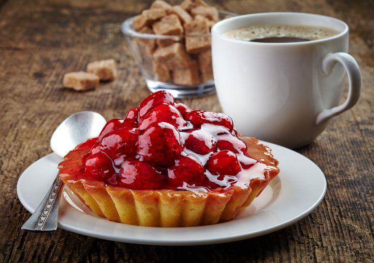 Ricetta gelatina per crostate: Ecco come fare in casa la gelatina per crostate e torte alla frutta. In questo modo si realizza una gelatina che serve per coprire la frutta e che crea uno stato protettivo che lucida ed impedisce alla frutta di annerire. Questa ricetta della gelatina è indicata anche per le torte e i dolci in genere in cui si vuole appunto creare uno stato di gelatina sulla frutta. Ci sono diverse ricette per prepararla e ci sono anche dei prodotti in commercio come il…