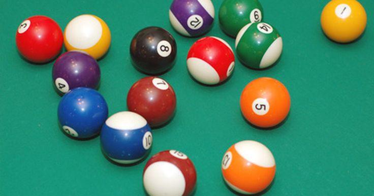 ¿Cuáles son los colores estándar de las bolas de billar?. Los colores brillantes de las 15 bolas de billar se ven bien en el fieltro verde, pero los colores también significan algo. Cada bola numerada tiene un color designado. Una vez que te familiarices con ellas, no tienes que caminar hasta el otro extremo de la mesa para obtener una mirada en el número impreso en la bola; puedes calcular tu tiro con ...