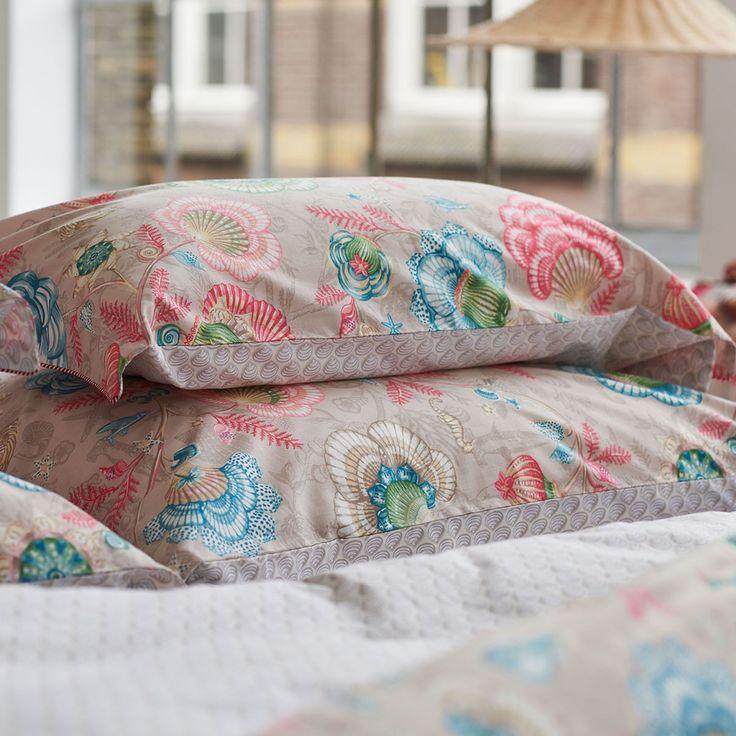 PiP Perkal Wendebettwäsche Shellebration khaki in reiner Baumwolle. Die Muscheln auf der weichen Garnitur sind wie Blumen angeordnet und sorgen für einen tollen Blickfang im Schlafzimmer. Die Farben beeindrucken und machen die Garnitur einzigartig schön.#bettwäsche #bedding #coloroftheyear2016 #farbedesjahres2016 #blumen #flowerswww.bettwaren-shop.de