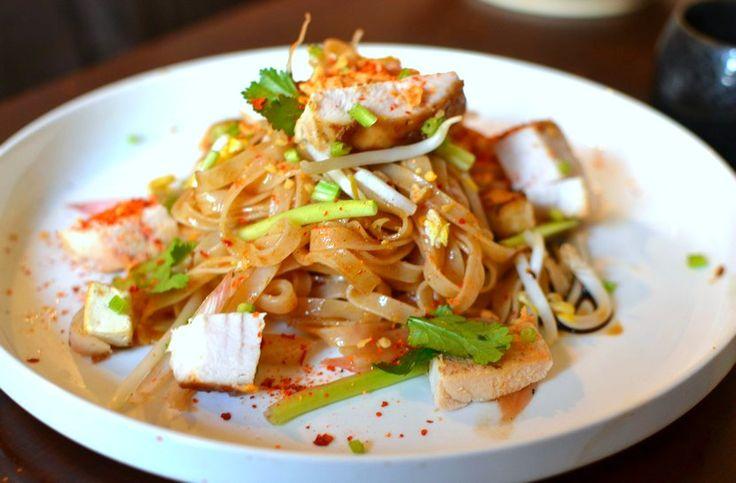 La recette du pad thaï version poulet ! Une délicieuse recette thaï parfumée et subtile... Prêts à déguster un bon pad thaï maison ? C'est parti !