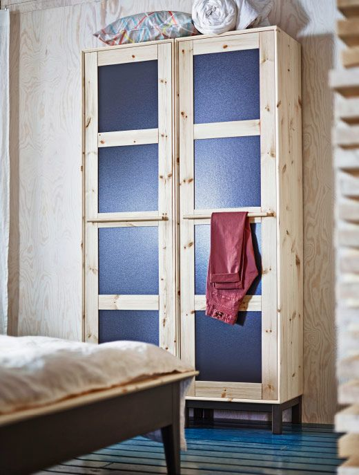 nahaufnahme von norn s kleiderschrank in kiefer grau mit blauen paneelt ren ikea inspirationen. Black Bedroom Furniture Sets. Home Design Ideas