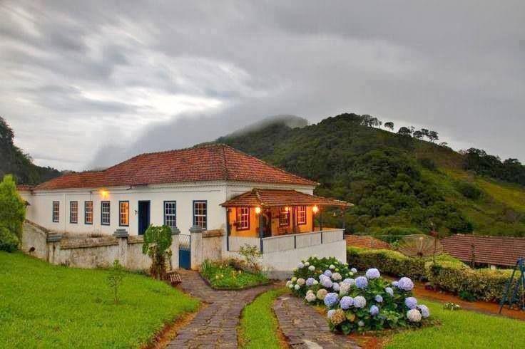 Típica casa-sede das grandes fazendas de café no Brasil.  http://www.portalanaroca.com.br/a-simplicidade-nao-esta-nas-grandes-coisas-da-vida-e-sim-no-simples-toque-no-vento-em-nosso-rosto/