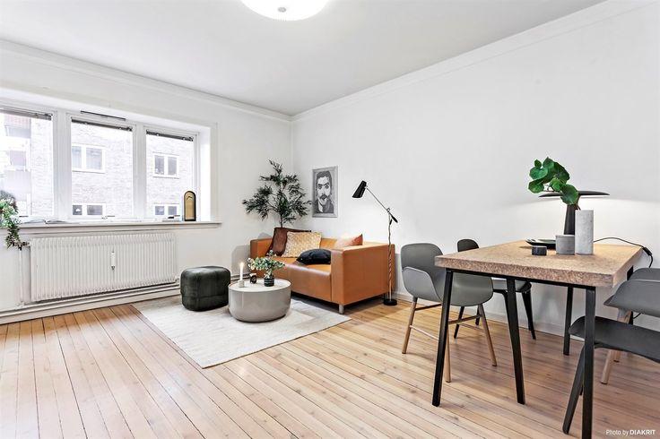 Velkommen til sjarmerende Sagene og Hammergata 9F! Leiligheten ligger rolig til med populær beliggenhet på Sagene. I byggets andre etasje blir du møtt av en lys og fin entré med originale tregulv og plassbygget skyvedørsgarderobe for oppbevaring. Videre er det en lys og fin stue med god plass til spisebord og sofagruppe,et tidløst baderom rehabilitert av borettslaget i 2003, separat spisekjøkke...