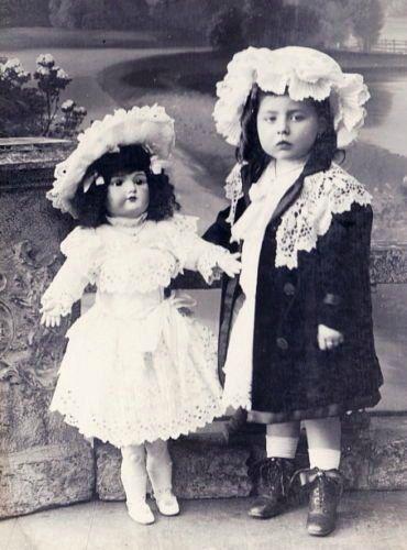 Первые хозяйки, первые наряды. Антикварные куклы на старинных фотографиях / Винтажные антикварные куклы, реплики / Бэйбики. Куклы фото. Одежда для кукол