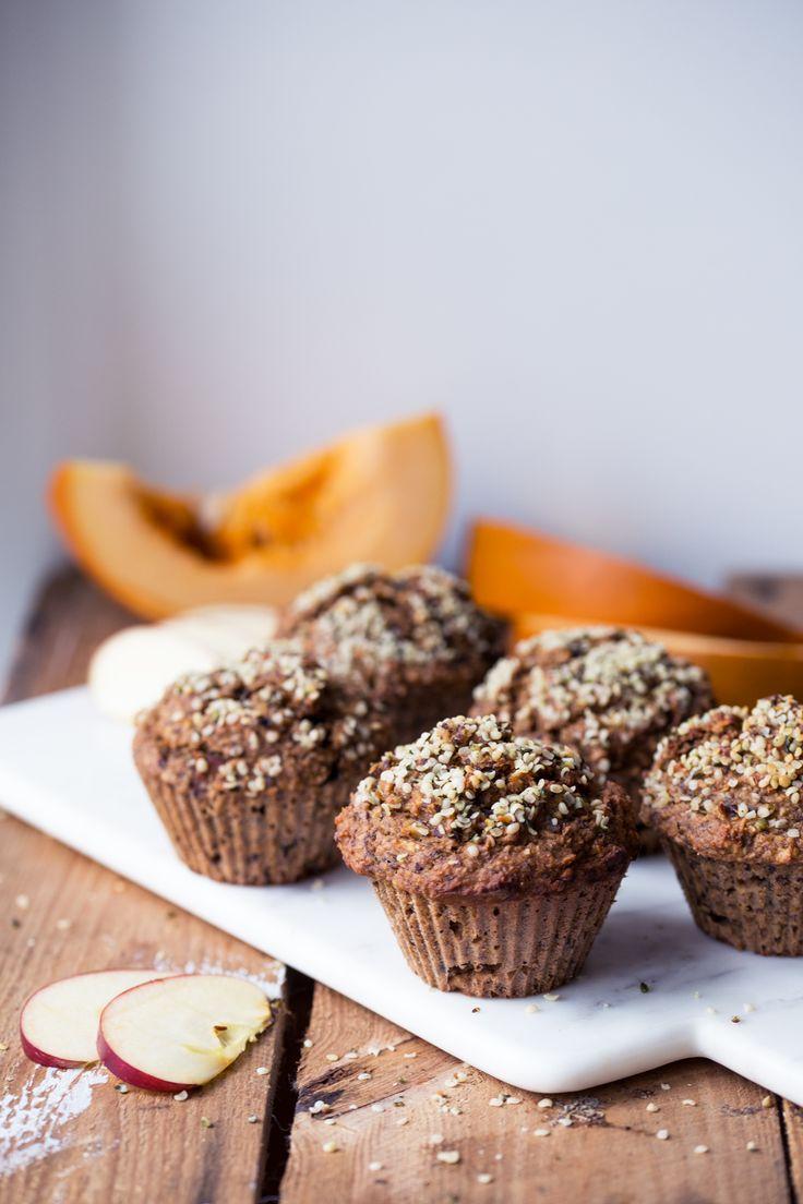 Pumpkin Apple Muffins (gluten + dairy free) 2 omenaa 2,5 dl muussattua kurpitsaa 2 kananmunaa 3 rkl oliiviöljyä (tai kookosöljyä) 3 rkl hunajaa  2,5 dl kaurajauhoa reilu 1 dl tattarijauhoa 1/2 dl pellavarouhetta 2 tl leivinjauhetta 1/2 tl leivinsoodaa 2 tl kanelia 1/2 tl inkivääriä 1/4 tl muskottipähkinää ripaus suolaa + kuorittuja hampunsiemeniä koristeluun 200C 20min
