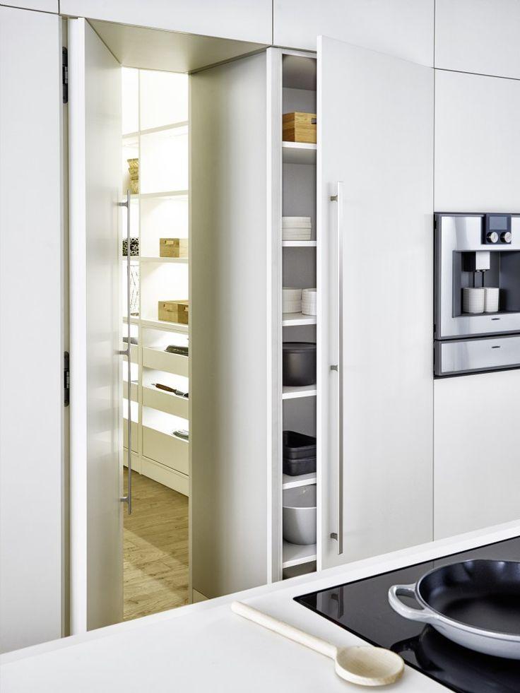 À travers le placard de la cuisine dans le garde-manger: cuisine et buanderie de …
