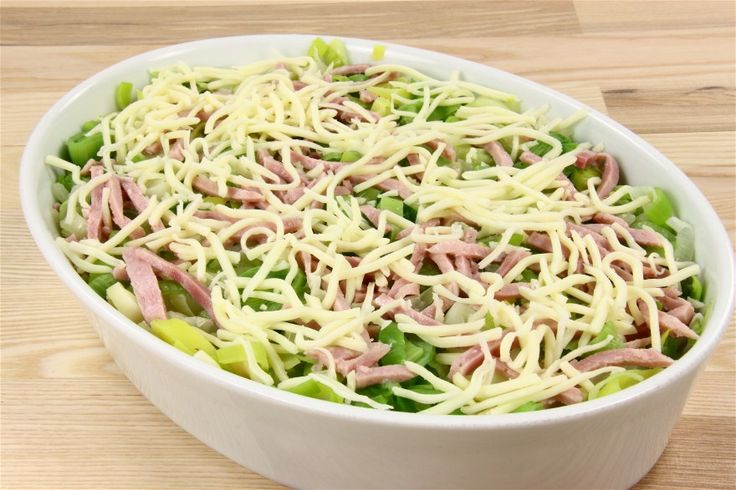 Porre i ringe og groft reven fennikel eller i små tern koges næsten møre i letsaltet vand. <BR> <BR> Kog pasta og læg dem i bunden af et ildfast fad, derover  de kogte grønsager og skinkestrimler.