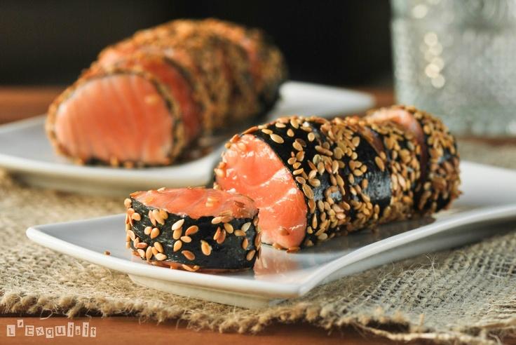 (4) 4 trozos de 100g de lomo de salmón,sin espinas ni piel 4 hojas de alga nori 2 c/s sem.sésamo tostadas 1 cubito de clara de huevo, ligeramente batida.Sal Envolver cada trozo de salmón, ligeramente salado,en una hoja de alga.Pintar los bordes con clara de huevo para que quede bien sellado.Pintar todo el exterior con el resto de clara y rebozar con las semillas de sésamo.Cocinarlo en una sartén unos minutos hasta que el salmón esté al punto deseado-no debería quedar muy cocido