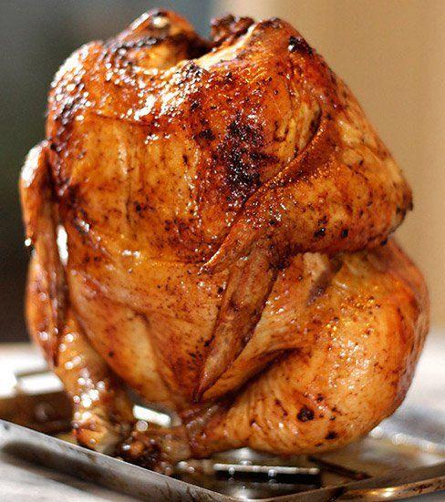 Receta fácil y novedosa para preparar pollo. Se sienta el pollo, sobre una lata que contiene en su interior cerveza o vino, ajos, cebolla y hierbas de olor. Pocos ingrediente, al horno y ya está!