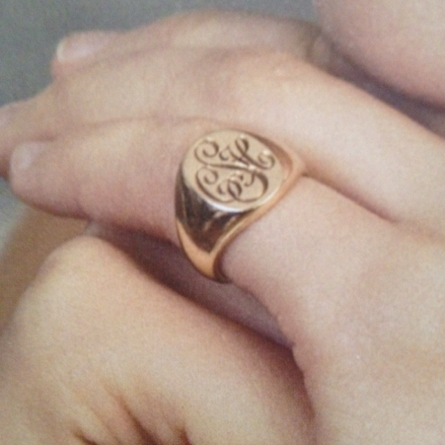 Signet pinkie ring                                                                                                                                                                                 Más