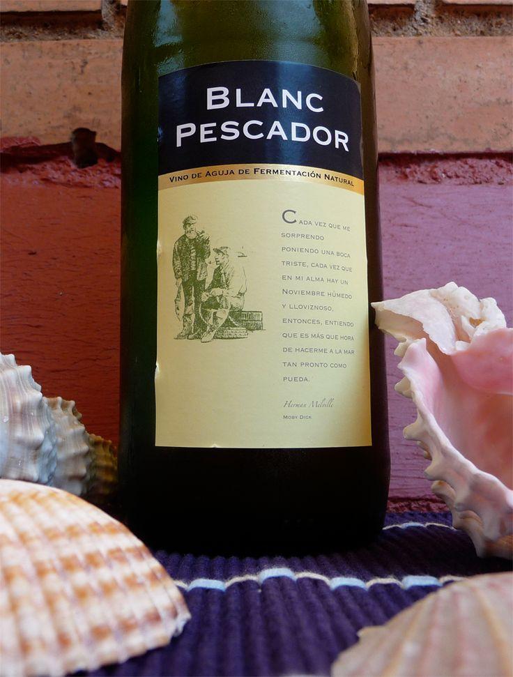 Blanc Pescador (blanco sin crianza) de Castillo de Perelada. DO Empordà. Uva: macabeo, parellada y xarel·lo. Este vino de aguja lo hemos tomado con un empedrat (ensalada de judías blancas, bacalao y naranja).