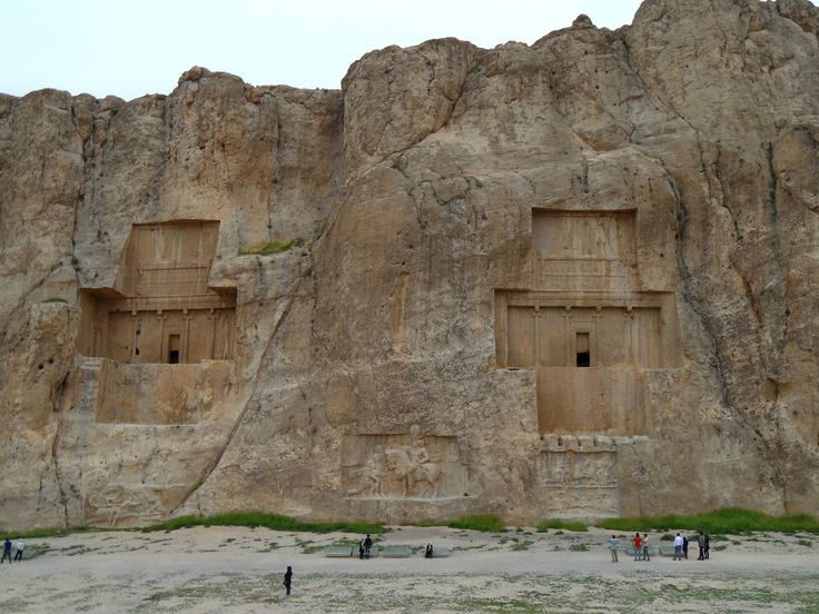 A 12 km de Persépolis, num local chamado Naqsh-e Rostam (نقش رستم, em persa), situam-se os túmulos colossais de 4 reis persas Aqueménides.